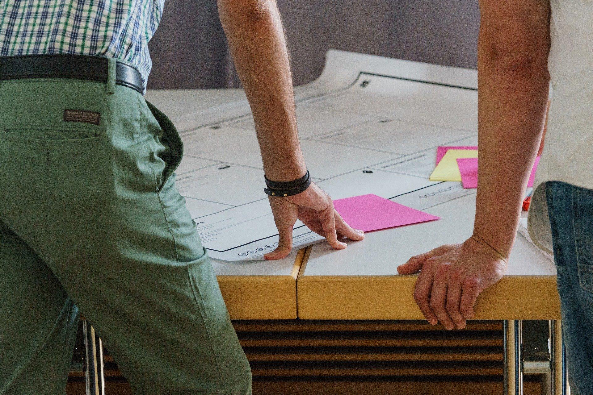 Equipo de trabajo - Ingenieros abordando un nuevo proyecto de arquitectura y construcción - En GRAUGO te ofrecemos un asesoramiento técnico integral